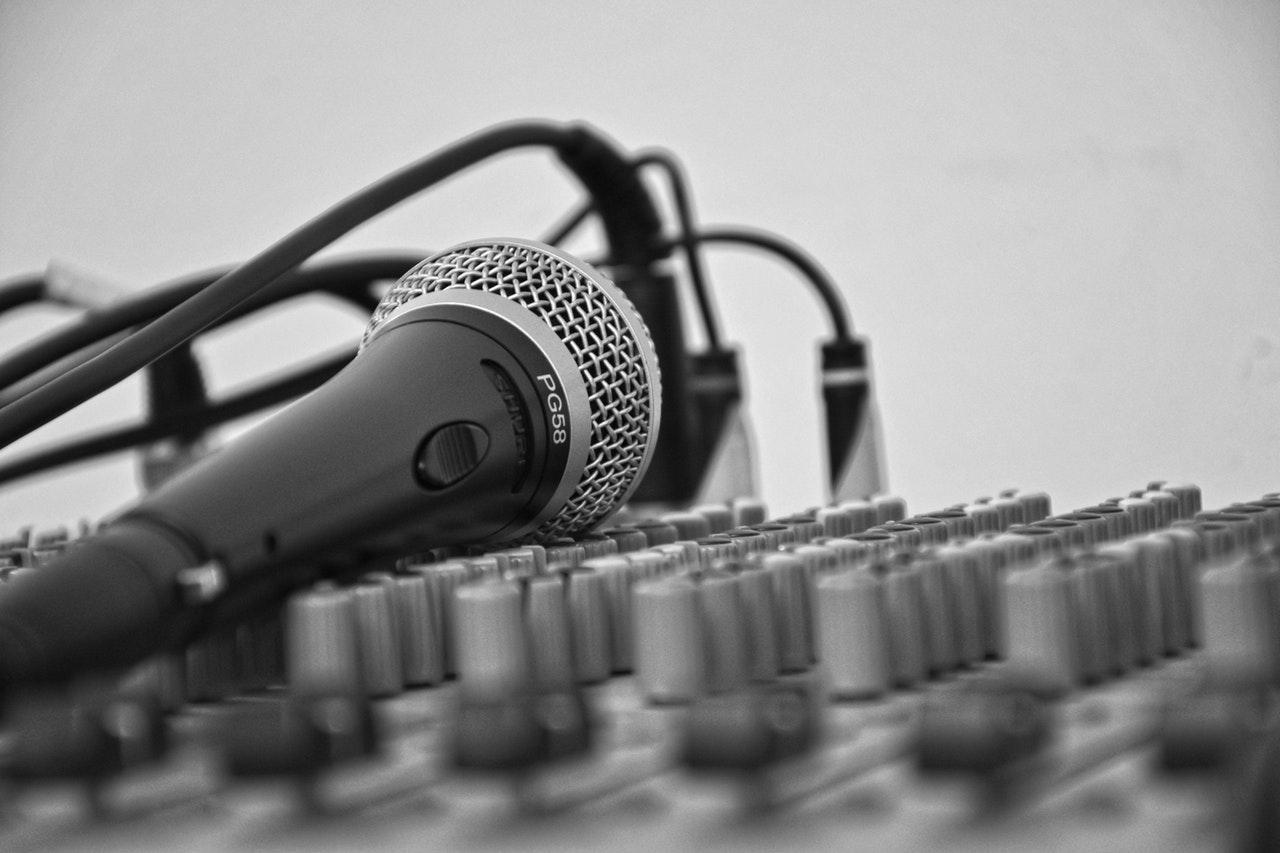 Mixerbord och mikrofon