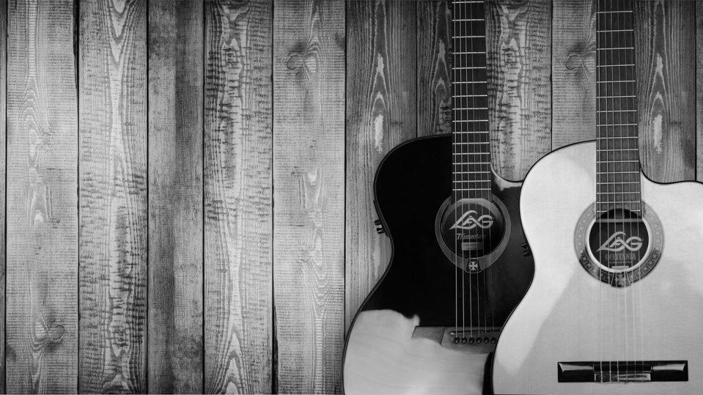 Gitarrer och trävägg