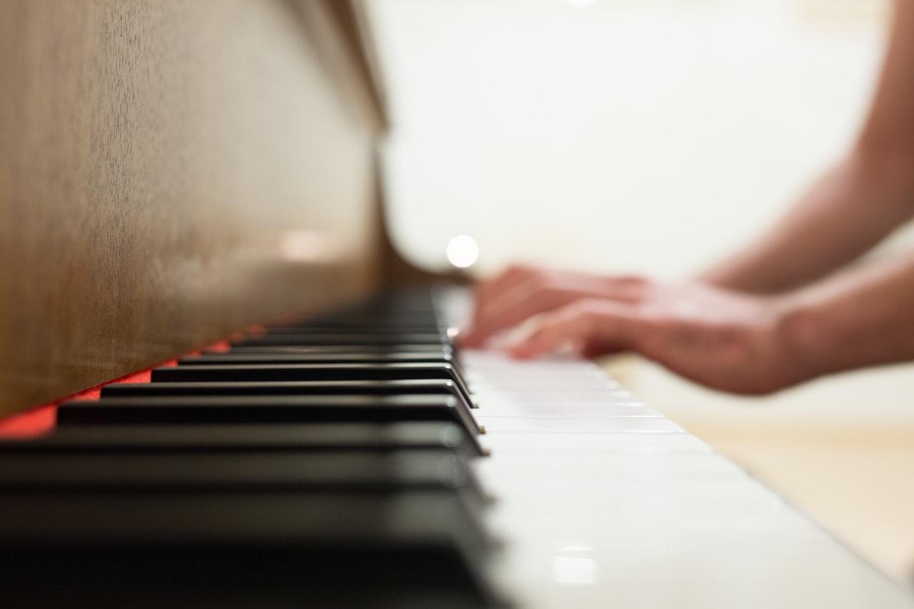 Person spelar piano