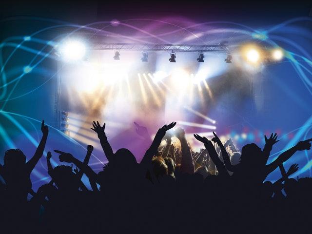 Konsert med armar i luften.