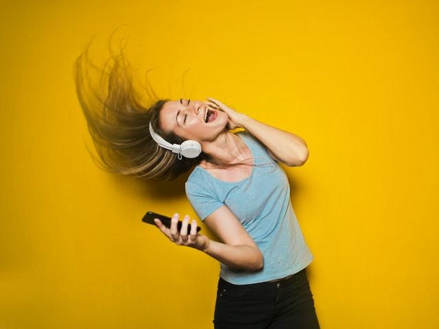 Kvinna som lyssnar på musik.